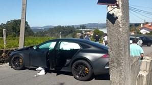 Carro do jogador do FC Porto, Sarr, destruído após acidente à saída do Olival