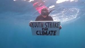 Jovem protagoniza primeiro protesto subaquático em defesa do clima