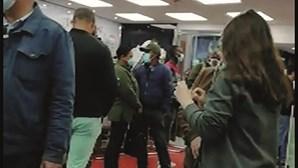 Dezenas de pessoas sem distanciamento social numa loja de óculos em Agualva-Cacém
