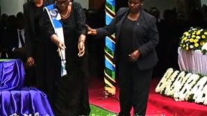 Milhares despedem-se de ex-presidente da Tanzânia criticado por ignorar a Covid-19