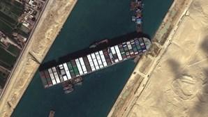 """""""Erro humano"""" pode ter encalhado navio no Canal do Suez"""