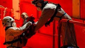 Bebé salvo durante resgate a barco de migrantes com várias crianças junto às ilhas Canárias