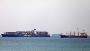 Tribunal adia processo do barco preso no Canal do Suez para dar tempo a um acordo