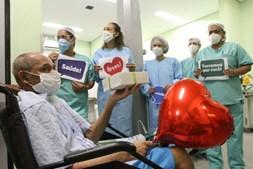 Despedida emocionada contou com balões, cartazes e a presença de médicos e profissionais de saúde