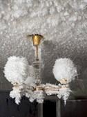 Tetos e candeeiros repletos de gelo