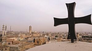 Ruínas e destruição esperam o Papa Francisco numa cidade martirizada por muitas guerras desde 2003