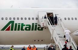 Papa Francisco sobe as escadas do avião com destino ao Iraque