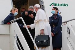 Tripulantes de bordo recebem Papa Francisco no avião Alitalia que o levará até ao Iraque