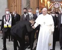 Francisco cumprimentado à chegada à Catedral de Nossa Senhora da Salvação, onde esteve com padres e bispos