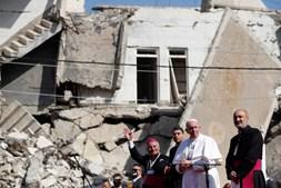 Papa Francisco num cenário de destruição