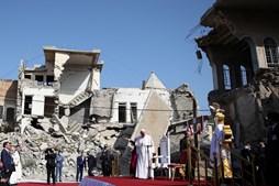 Papa reza em Mossul, no Iraque
