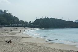 Banhistas aproveitam a praia