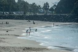 Banhistas aproveitam o mar