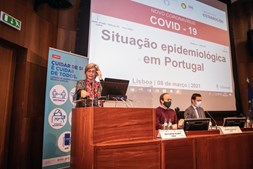 """A ministra da Saúde, Marta Temido (E), intervém na sessão de apresentação """"Situação epidemiológica da Covid-19 em Portugal"""", na sede do Infarmed, em Lisboa"""