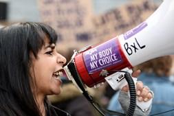 Mulher usa megafone durante demonstração no Dia Internacional da Mulher em Bruxelas, na Bélgica