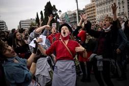 Multidão canta e dança em manifestação que marca o Dia Internacional da Mulher em frente ao parlamente de Atenas, na Grécia