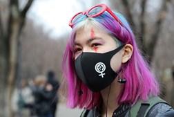 Jovem mulher participa em marcha que marca o Dia Internacional da Mulher em Almaty, no Cazaquistão