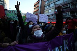 Manifestantes protestam em Ancara, na Turquia no Dia Internacional da Mulher