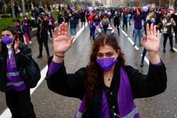 Apesar de proibidas pela polícia local, mulheres marcham em Madrid, Espanha, no Dia Internacional da Mulher