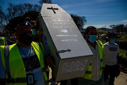Centenas de trabalhadores da Groundforce em Belém gritam pelos salários