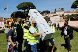 Trabalhadores protestaram em Belém, carregando um caixão e uma cora de flores numa alusão à morte da empresa