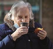 Setúbal: um café e um bolinho, mesmo servidos ao postigo, voltaram a dar algum sabor aos dias