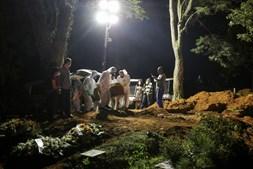 São Paulo faz enterros noturnos devido ao aumento de mortes pela Covid-19