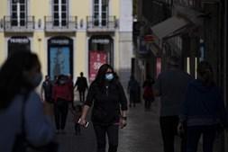 Pessoas saem à rua em pleno confinamento