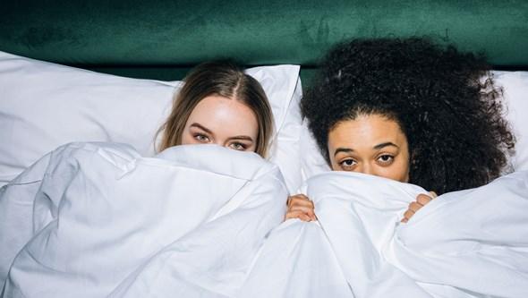 Adormece com o cabelo molhado? Este e outros erros a evitar na hora de dormir