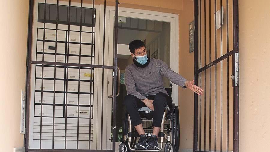 Militar não pode sair do prédio sozinho em cadeira de rodas