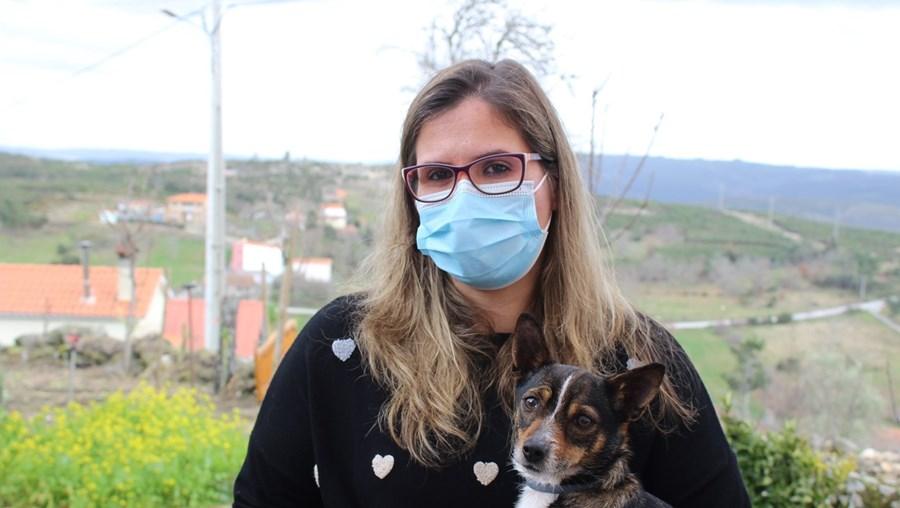 Andreia Lourenço com a cadela Estrela ao colo