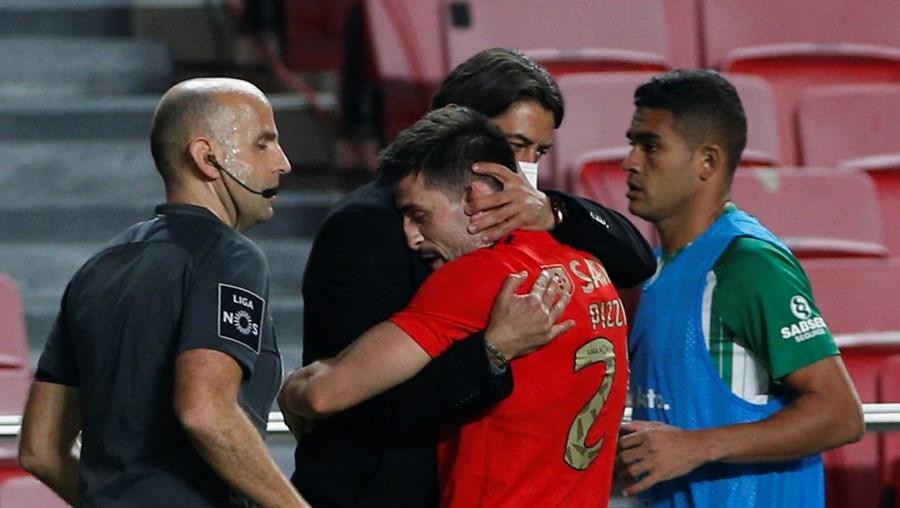 Pizzi deu um abraço prolongado a Rui Costa, depois de ter saltado do banco para fazer o segundo golo do Benfica