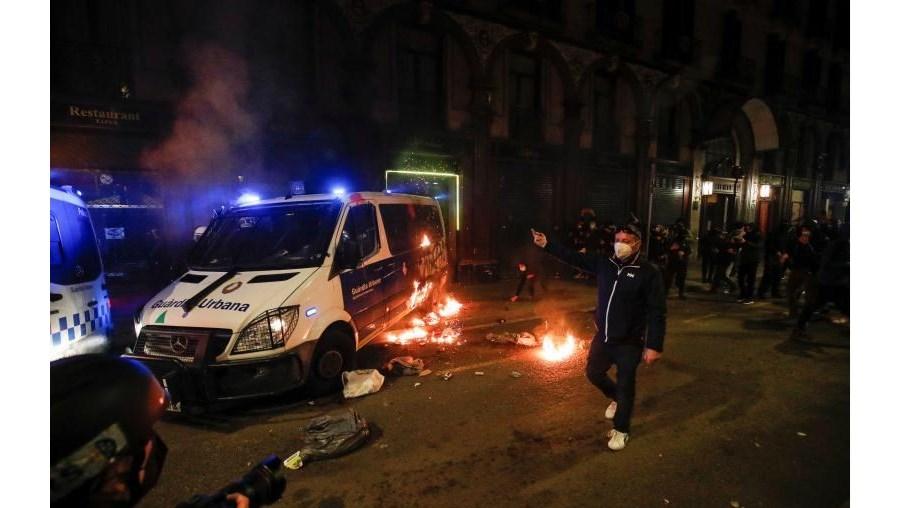 Carrinha da polícia foi incendiada.