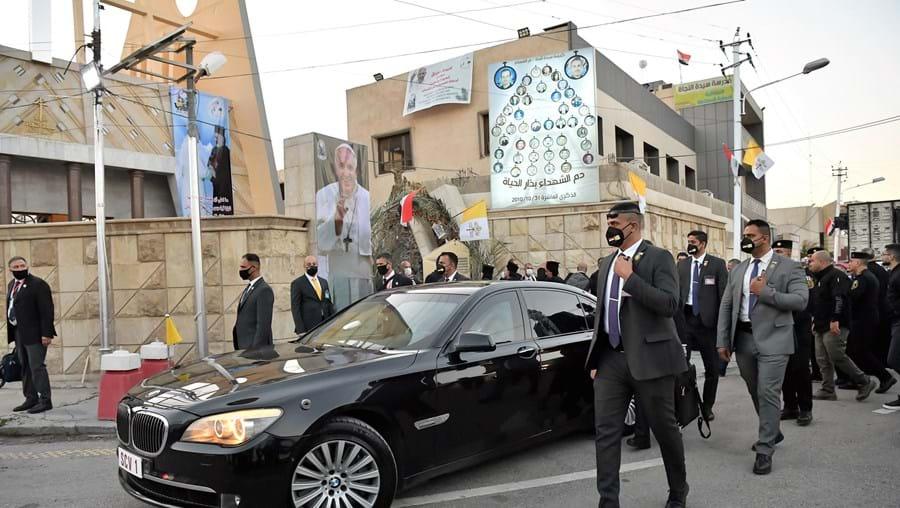 Papamóvel ficou em Roma. No Iraque, o Papa desloca-se num carro civil