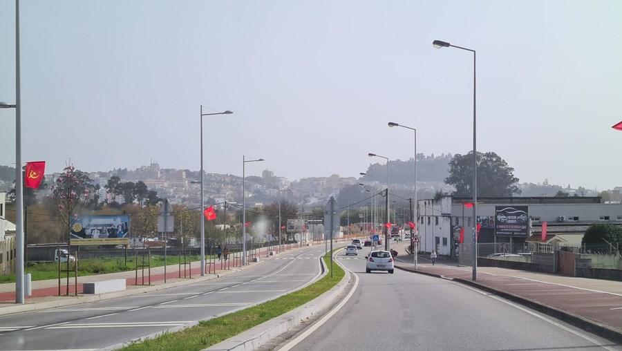 Presidente da Câmara de Gondomar critica excesso bandeiras do PCP que 'poluem visualmente' avenidas
