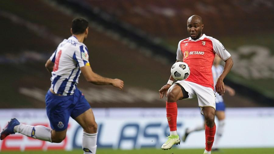 Al Musrati controla a bola, com Taremi por perto, no jogo de quarta-feira, na meia-final da Taça de Portugal