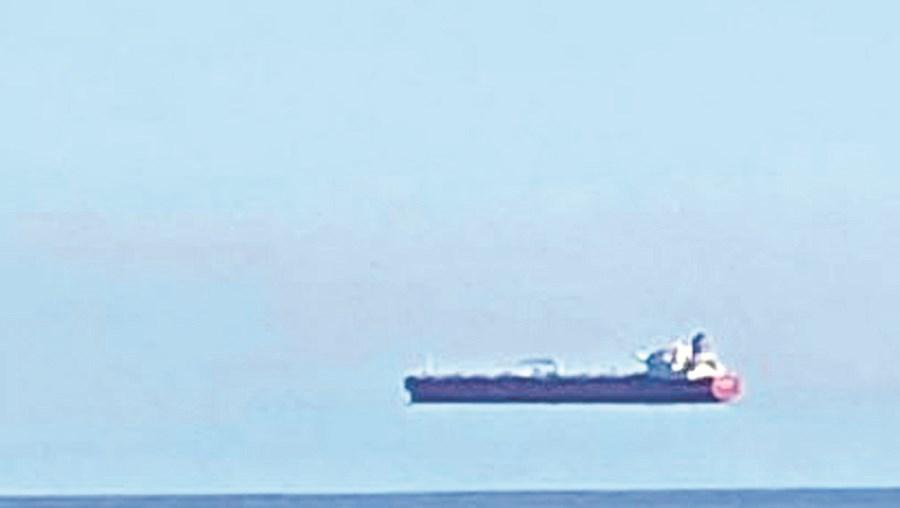 Ilusão de ótica faz navios 'pairarem' no ar