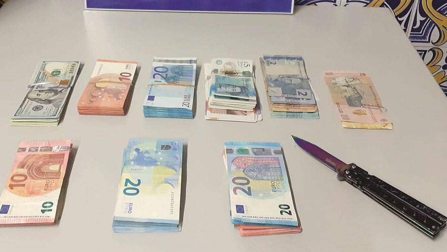 Dinheiro e uma faca apreendidos em Santarém a um dos assaltantes, apanhado por um agente da PSP de folga
