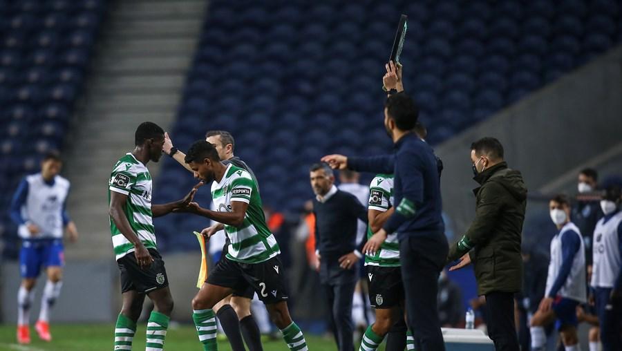 Nuno Mendes (à esq. na imagem) já cedeu o seu lugar a Matheus Reis (à dir.) em alguns jogos do Sporting