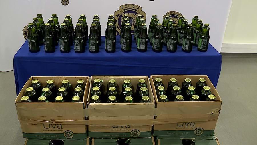 Mercadoria formada por 20 mil garrafas de sumo de uva trazia mais de 300 quilos de cocaína. Traficantes punham garrafa verdadeira em cada caixa de droga