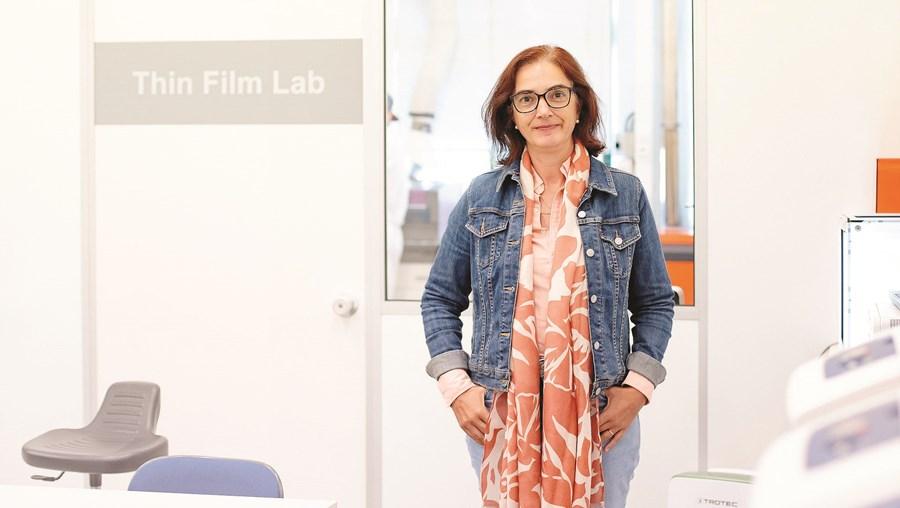 Elvira Fortunato tem 56 anos e é vice-reitora da Universidade Nova de Lisboa