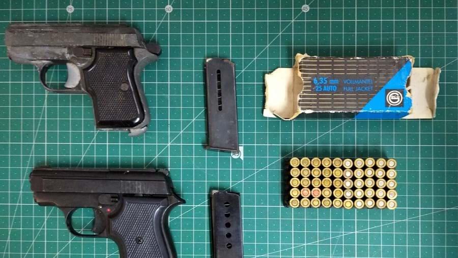 Foram apreendidas armas aos suspeitos
