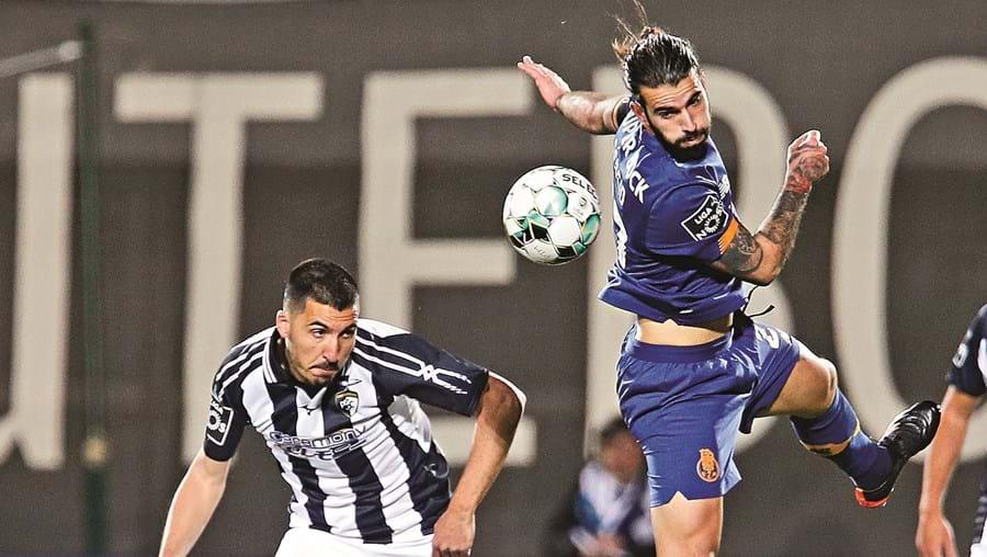 Sérgio Oliveira antecipa-se a Pedro Sá, em lance do jogo deste sábado