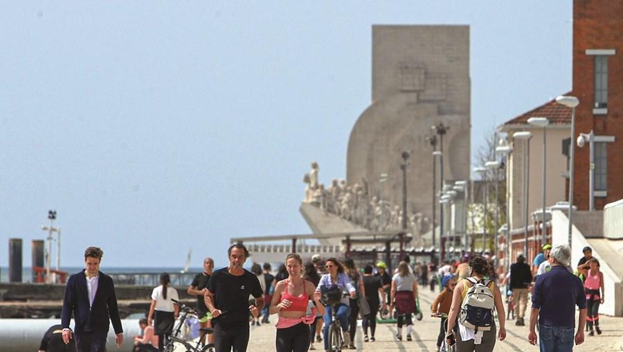 Paredão à beira Tejo, em Lisboa, foi invadido por uma multidão.