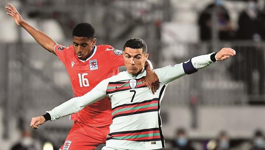 Cristiano Ronaldo tenta criar perigo perante a oposição do luxemburguês Leandro Barreiro