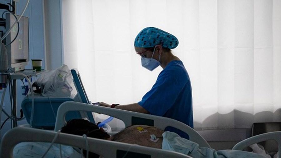 Doente ~com Covid nos cuidados intensivos do hospital Pedro Hispano, em Matosinhos