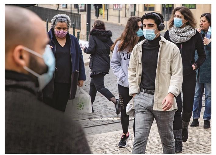Uso de máscara passou a ser obrigatório na rua a 28 de outubro. Dois meses depois começava vacinação da população