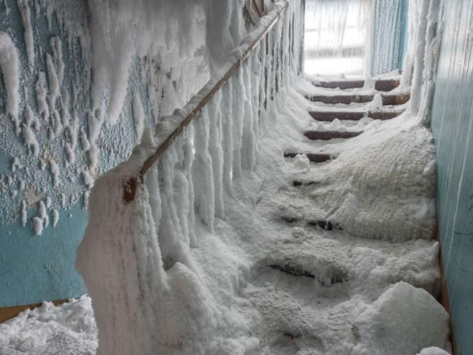 As temperaturas negativas permitem a formação de gelo no interior das casas