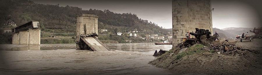 Mergulhadores, bombeiros, militares e paramédicos procuraram os corpos das 59 vítimas da queda da ponte, que seguiam num autocarro e em três carros, que caíram ao rio Douro, e prestaram apoio aos familiares