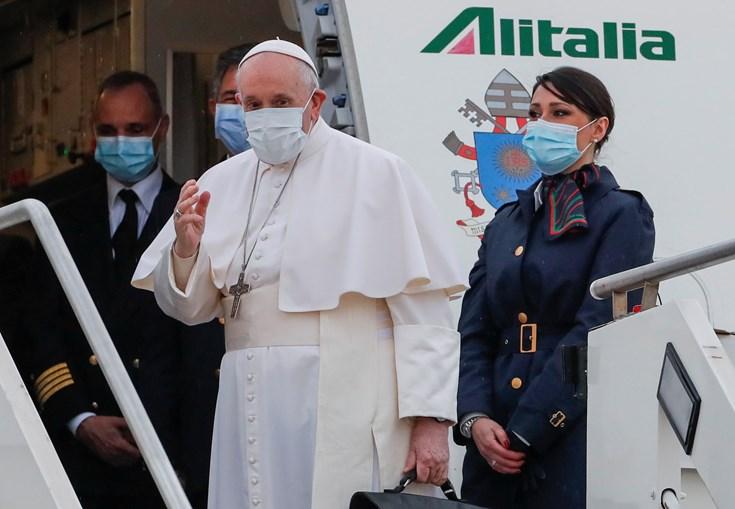Papa Francisco acena antes do embarque num avião Alitalia com destino ao Iraque